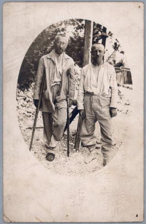 Josef Váchal (vpravo s berlemi), v Sočské nemocnici, druhý týden po operaci dne 2. června 1917.