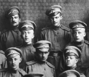 Dobrovolníci české družiny s okolky čepic lemovanými bíločervenou stužkou.