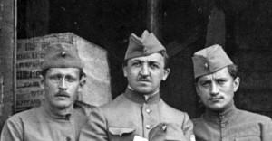 Stanislav Čeček (uprostřed) s vojáky 4. pluku v čečenkách. FOTO: VHA