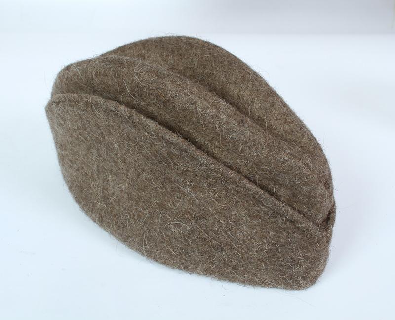 e5baf3f37a3 FOTO  VHA Zimní čepice ve tvaru čečenky vyrobená z pláťového sukna.