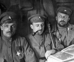 Různorodost pokrývek hlavy: voják vlevo má ještě původní carskou čepici, ostatní již čepice nově vyrobené. FOTO: VHA