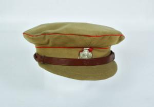 Čepice z japonského sukna s červenými lemovkami pro dělostřelectvo. Vpředu překrývá bíločervenou stužku tzv. sdružený znak odboje. FOTO: VHÚ