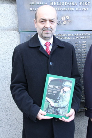 Vlastislav Vaněk s knihou o historii spojovacího vojska 2007-2017