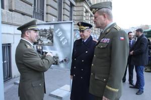 Vlevo plukovník Michal Burian z VHÚ, spoluautor výstavy, vpravo generál Josef Bečvář
