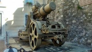 Těžký moždíř Škoda ráže 305 mm před vojenským muzeem v Roveretu