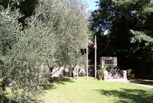 Pomník čs. legionářů v Arcu po skončení pietního aktu 24. září 2017. Olivovníky jsou tytéž, na kterých byli českoslovenští legionáři zavražděni.