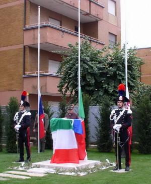 Pomník zemřelým čs. domobrancům na místě zrušeného hřbitova v Solbiate Olona před slavnostním odhalením 25. září 2017. Čestnou stráž drží karabiníci v historických stejnokrojích.