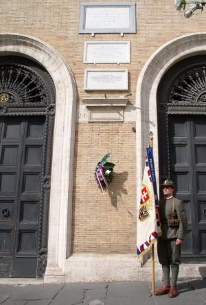 Pamětní deska M. R. Štefánika po skončení pietního aktu na  Piazza Venezia v Římě 27. září 2017