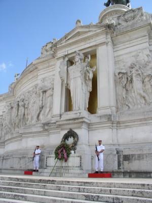 Hrob neznámého vojína v Pomníku sjednocení Itálie na  Piazza Venezia v Římě