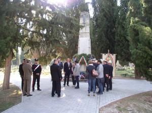 Představitelé místní samosprávy po skončení pietního aktu u hrobu zemřelých československých zajatců na městském hřbitově v Sulmoně 30. září 2017