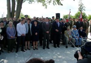 Významní hosté před zahájením pietního aktu u pomníku v Kalynivce 2. července 2017. Foto Tomáš Jakl