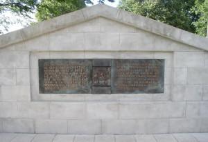 Detail obnovené pamětní desky na zrekonstruovaném pomníku v Kalynivce. Dosavadní kamenné desky z devadesátých let dvacátého století byly uloženy ve sbírkách Vojenského historického ústavu. Foto Tomáš Jakl
