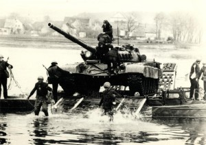 Přeprava tanku T-72 přes řeku