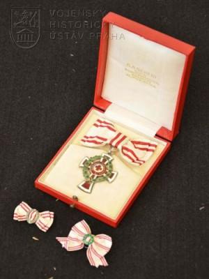 Čestné vyznamenání za zásluhy o Červený kříž II. třídy s válečnou dekorací na dámské stuze