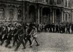Bolševičtí ozbrojenci před Zimním palácem v Petrohradu