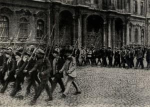 Bolševičtí ozbrojenci pochodují před branou Zimního paláce