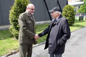 Jedním z prvních hostů při otevření LM Kbely byl i příslušník čs. armády z doby druhé světové války, plukovník Pavel Vranský. Vítá ho ředitel VHÚ plk. Aleš Knížek.