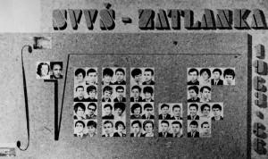 Mario Musich na maturitním tablu v horní řadě šestý zleva