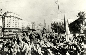 Sovětští vojáci s rumunským obyvatelstvem v obsazené Bukurešti, 31. srpen 1944