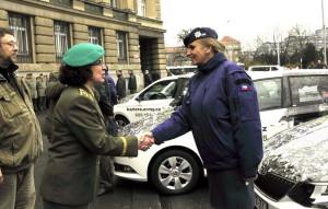 Brigádní generálka Lenka Šmerdová (vlevo) předává jeden z automobilů