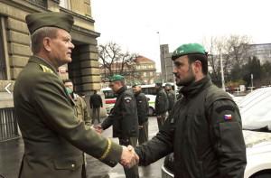 Armádní generál Josef Bečvář předává jeden z automobilů