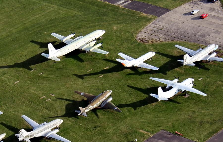 Snímky z dřívější doby - umístění letounu na travnaté ploše 24. zdl. Il-18 vlevo nahoře