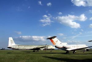 Snímky z dřívější doby - umístění letounu na travnaté ploše 24. zdl. Il-18 a vpravo Jak-40.