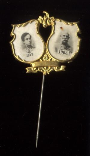 Odznak s dvojportrétem císaře Františka Josefa I. a s daty nástupu na trůn (1848) a výročí 60 let vlády (1908).  FOTO: VHÚ