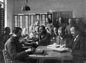 Reportážní snímek z roku 1915 zachytil personál Společné ústřední průkazní kanceláře při rešeršní práci s kartotékou. Ve vídeňském Válečném archivu se ve fondové skupině válečných ztrát dochovalo několik druhů kartoték z provenience této kanceláře. Jejich rozsah se odhaduje na cca 40 milionů kartotéčních lístků. FOTO: VHÚ Praha