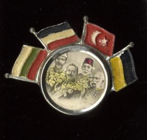 Společný portrét panovníků Bulharska, Německa, Osmanské říše a Rakousko-Uherska, doplněný po obvodu vlajkami.  FOTO: VHÚ