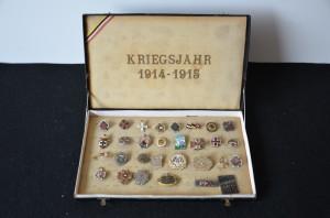 Kazeta rakousko-uherských a německých patriotických odznaků z let 1914–1915. FOTO: VHÚ