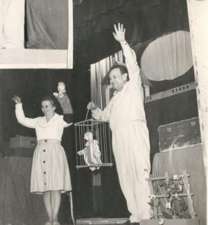 Zdeněk Hapala s druhou manželkou Blankou během loutkového představení v Ostravě. FOTO: SZM