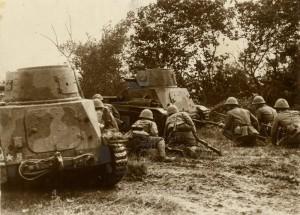 Japonští vojáci s tančíky Typ 94 Te-Ke na čínském bojišti