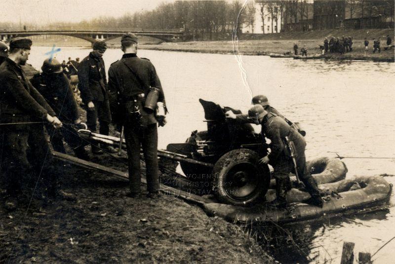 Výcvik obsluhy německých protitankových kanónů 3,7 cm PaK 36
