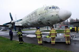 Přesun letounu Il-18 ve Kbelích