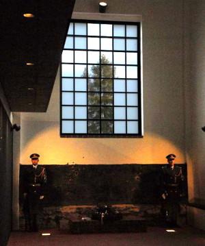 Pietní místo, s křížem v okně