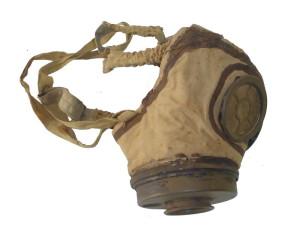 Francouzská ochranná maska ARS. Ventilovou komoru tvoří bubínek připevněný k masce omotaným motouzem. Foto: VHÚ