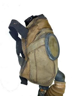 Americká ochranná maska Kops-Tissot. Jde o dvoucestnou masku s výdechovým ventilem umístěným pod bradou. Foto: VHÚ