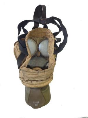 Americká ochranná maska Navy Mk I. Jde o dvoucestnou ochrannou masku s výdechovým ventilem umístěným v ústí filtru. Upínací soustava byla šestibodová. Navíc využívala dva postranní pásky pro lepší udržení váhy filtru. Zde jsou tyto pásky vně masky, vyráběl se i typ masky s páskami vedenými uvnitř. Foto: VHÚ