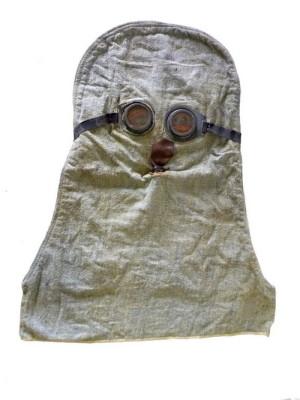 """Britská ochranná """"vlhká"""" maska PHG Helmet. Tato kukla měla již výdechový ventil. Foto: VHÚ"""