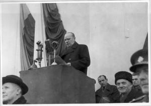 Josef David (první zleva) během přehlídky Lidových milicí na Staroměstském náměstí 28. února 1948. Za řečnickým pultem ministr vnitra Václav Nosek. Foto Národní archiv.