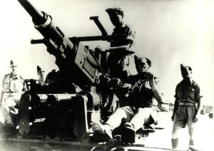 Českoslovenští vojáci s protiletadlovým kanónem Bofors ráže 40 mm na palebném stanovišti L3 v Haifě, červenec 1942