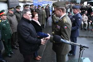 Ocenění z rukou generála Bečváře přebírají Jindřich Marek a Adéla Zemanová z VHÚ