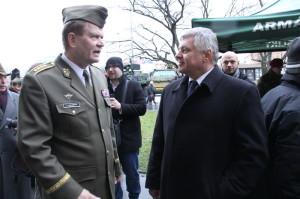 Náčelník Generálního štábu Armády České republiky, armádní generál Josef Bečvář (vlevo), hovoří s jedním ze svých předchůdců, bývalým náčelníkem GŠ AČR Pavlem Štefkou