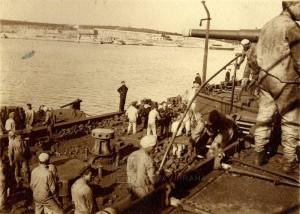 Rakousko-uherští námořníci při nakládání uhlí na bitevní lodi kolem roku 1911