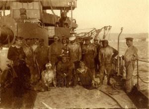 Rakousko-uherští námořníci po doplnění zásob uhlí na palubě jejich bitevní lodi kolem roku 1911