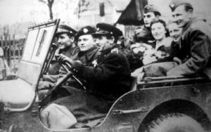 Černota za volantem jako štábní kapitán, v té době již velitel padákové balící stanice v Borečku u Mimoně