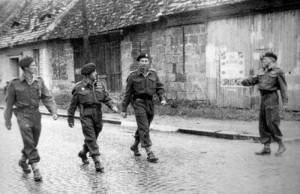 Druhý zleva Josef Černota, kdy se podílel na výstavbě pěšího praporu 71 (výsadkového) a na výcviku jeho příslušníků