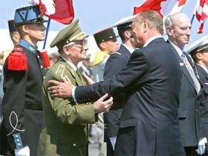 Český generál Antonín Špaček (druhý zleva) byl 6. června v Arromanches jmenován rytířem Řádu čestné legie. Nejvyšší francouzské vyznamenání převzal z rukou prezidenta Francie Jacquesa Chiraka.
