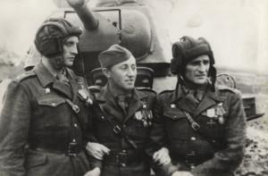 Před tankem T-34 Jan Žižka zachyceni vyznamenaní důstojníci 1. čs. samostatné brigády v SSSR, která při osvobození Kyjeva 6. listopadu 1943 jako první pronikla do středu města. Zleva: Richard Tesařík, Antonín Sochor, Josef Buršík.